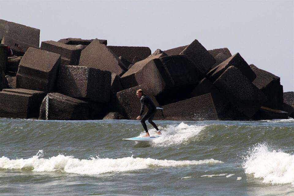 "Bangos šalia molo Melnragėje. Fanatic AllWave 8'10"" - bangas gadyti ypač paprasta."