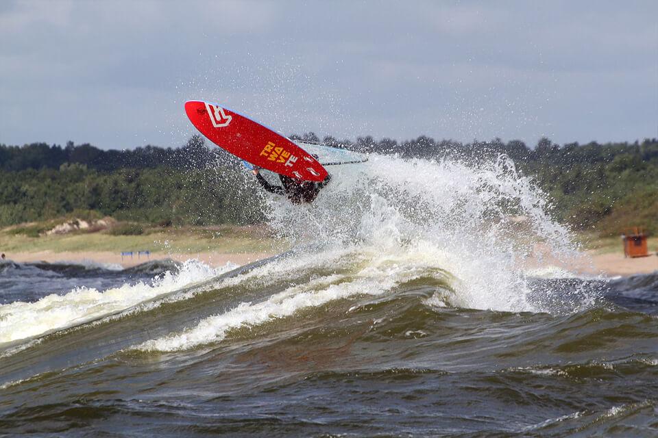Onshore nepasižymi rampų aštrumu. Šuoliui tenka ilgai lipti į bangą tikintis, kad viršuje dar užteks greičio skrydžiui, sklęsti leventikiu. Daugiausia įspūdžių suteikia šuoliai nuo beveik lūžtančios bangos.