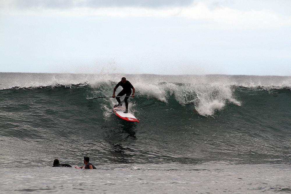 Iš vandenyno eina didelės bangos, pradedantiesiems yra spotai su vidutinėmis ir mažomis bangomis.