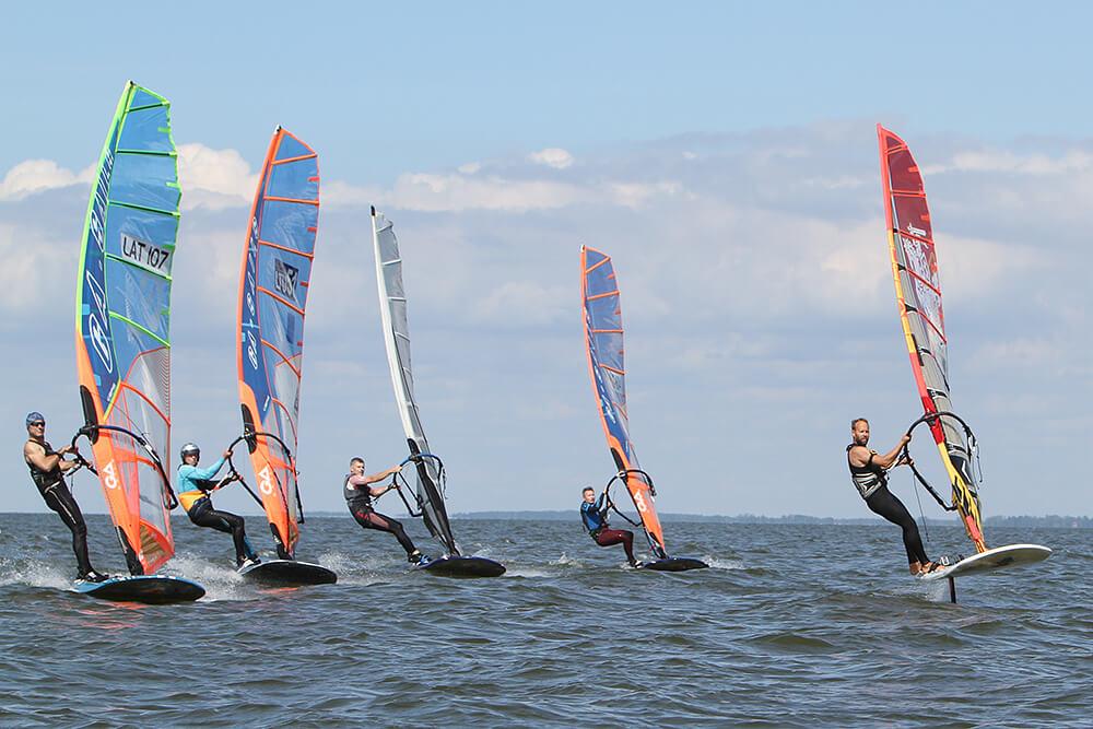 """Formula Windsurfing burlenčių startas """"Vėjas galvoje 1 h Classic"""" varžybose Nidoje."""