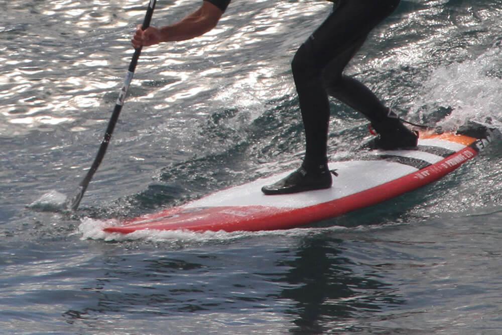 Bangos gaudymas. Kad lenta čiuožtų tiesiai žemyn naudojame yrį Nr.2. Irklas smeigiamas toli nuo borto ir traukiamas tiesiai į priekinę koją.