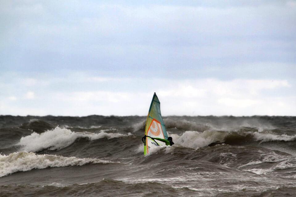 Laukinis bangų rinkinys, dar neištemptas, bet labai stačių bangų.