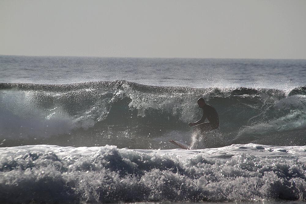 Taip lūždama banga skleidžia garsą panašų į šūvį. Ausys patiria daugiau nei gali atlaikyti.
