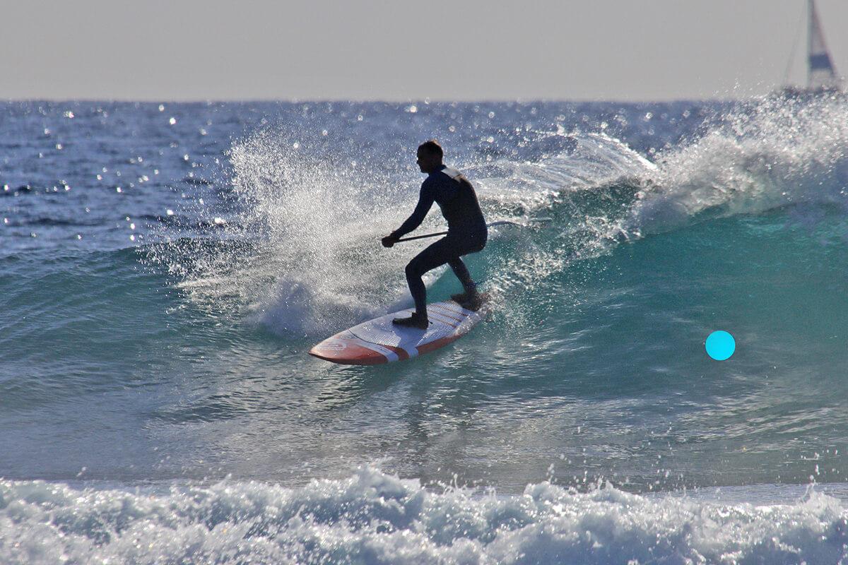 Irklentininko galinė koja nėra pastatyta ant vidinės briaunos. Lenta nenori sukti. Iš bėdos išspaustas 90 laipsnių posūkis. Tokiu posūkiu tolstama nuo stačiausios bangos dalies. Tai ne bangų raižymas. Teisinga vieta po posūkio pažymėta mėlynu tašku.