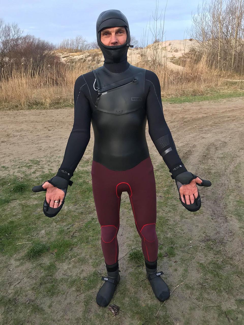 Pirštinės yra daugiausiai diskomforto sukelianti aprangos dalis. Aš išsikarpau serijinių pirštinių delną taip, kad nebūtų neopreno tarp delno ir giko. Trukdymo beveik nejaučiu. Tokios pirštinės nešildo vandenyje. Tenka irtis kumščiais, jei reikia irtis toliau nei 20 metrų. Gobtuvas užtrauktas iki nosie karšto oro pūtimui į kostiumo vidų, bet yra pavojus užspringti įkritus į vandenį.